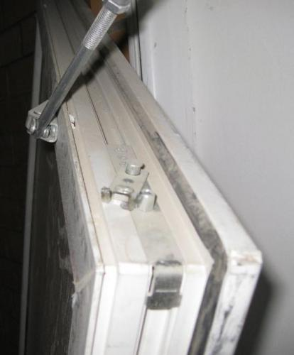 Верхняя_петля_на_двери.JPG