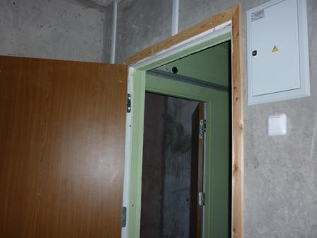 Входная_дверь_и_дверь_соседней_однушки.JPG