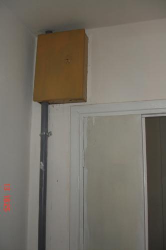 Ящик_рядом_с_лифтом_и_входом_перед_коридором__ведущего_к_квартирам.JPG